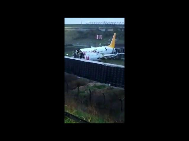 У Стамбулі літак врізався в огорожу і розпався на частини