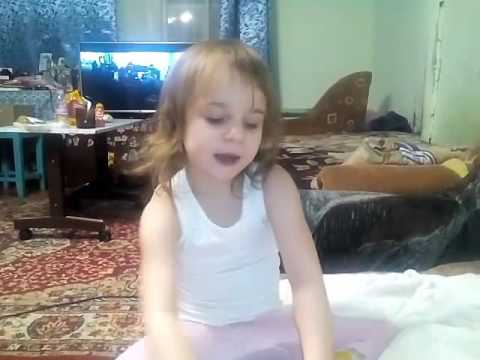Маленький блогер девочка Юла рассказывает как бросить сосать палец.