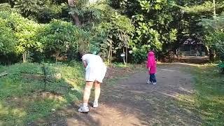 Anak dan ayah bermain badminton