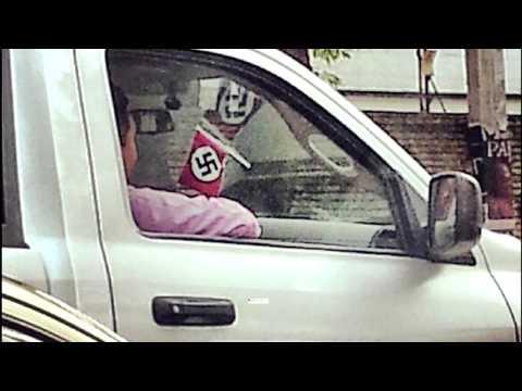 Fotografían a camioneta de GDF con bandera Nazi.