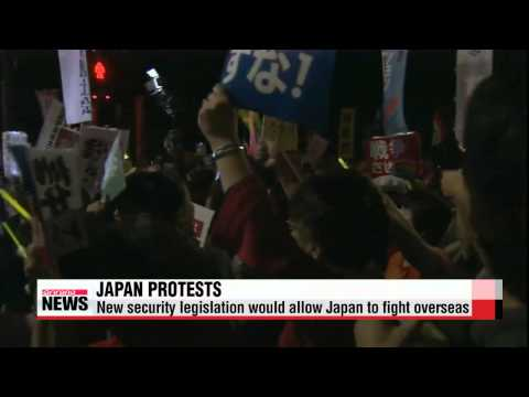 Japanese protestors rally against controversial security bills   일본 국회를 둘러싼 시위대.