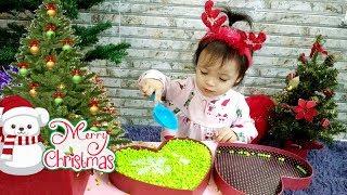 Bé Hin Tự Trang Trí Cây Thông Noel Đầu Tiên 🎄 Decorate Christmas Tree ❤️