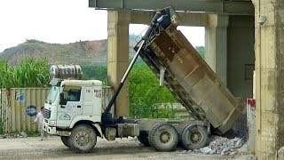 Bé xem xe tải howo chở và đổ đá | Nhạc thiếu nhi : Con cún con | Tientube TV