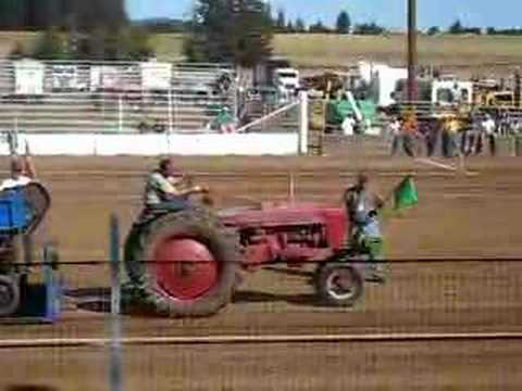 1952 Farmall H stock tractor pull Video