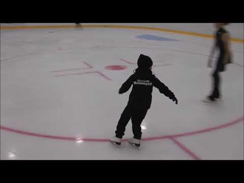 Александр Плющенко учит аксель. Саше 5 лет исполнилось два меяца назад.Академия  Евгения Плющенко