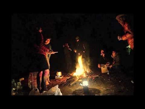 「ねむるのまち/ハナレグミ」焚き火を囲んで弾き語り。