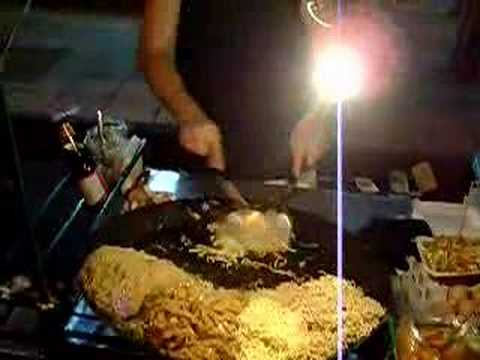 Cooking Pad Thai @ 4am in Khao San Road Bangkok Thailand