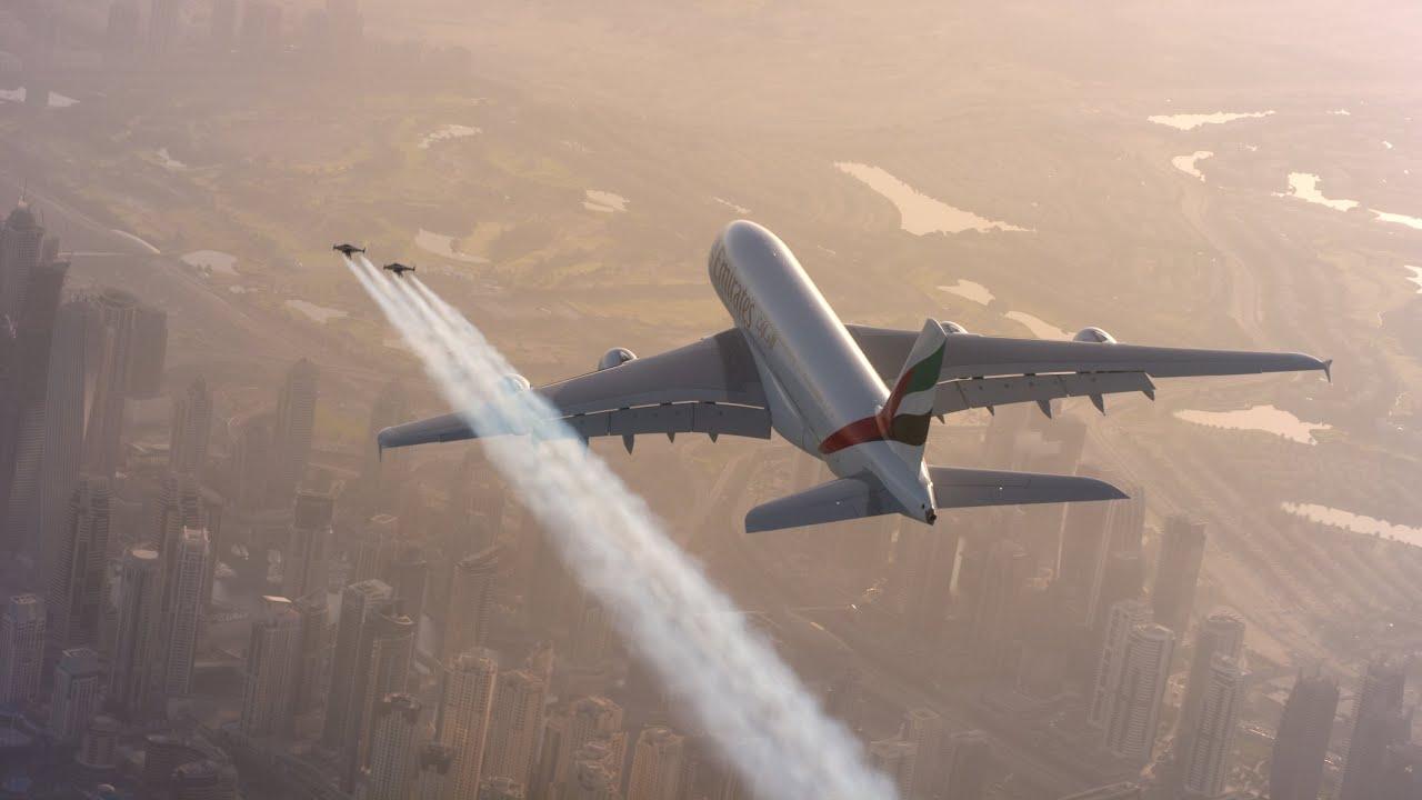 Emberek repülnek együtt a repülővel - videó