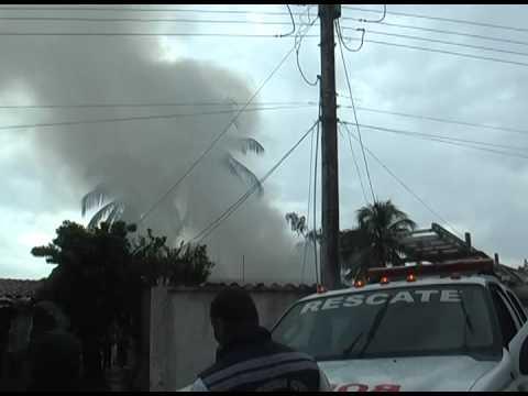 Impacto de rayo causa incendio a viviendas en Lechería