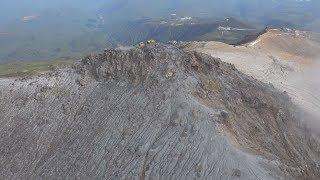 山頂には火山灰、斜面から噴煙
