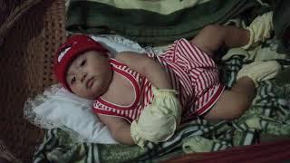 em bé múa vũ điệu gà con trước khi ngủ