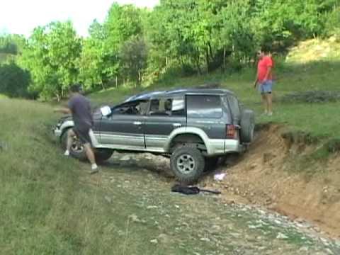 Mitsubishi Pajero off road crash
