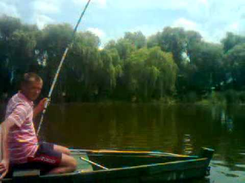 видео рыбалка на карпа на удочку с лодки