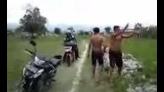 Download video Kolektor Adira di kejar parang