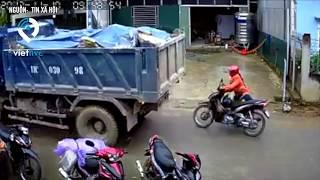 Xe tải lùi sau suýt chèn người phụ nữ đi xe máy