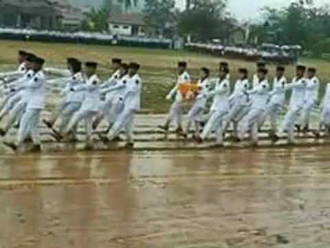Perjuangan Pasukan paskibraka Indonesia walau hujan tetap kibarkan sangsaka merah putih