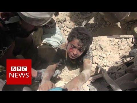 Dramático rescate de un niño después de un bombardeo en Siria