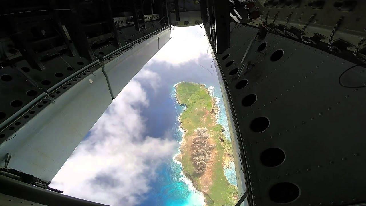 Un lâcher de bombes depuis la soute d'un B52