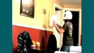 Clip hài hước: bắt con nhện ở trên tường