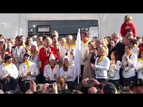 Felix Loch übergibt Olympia-Teamflagge an Paralympics-Teilnehmer