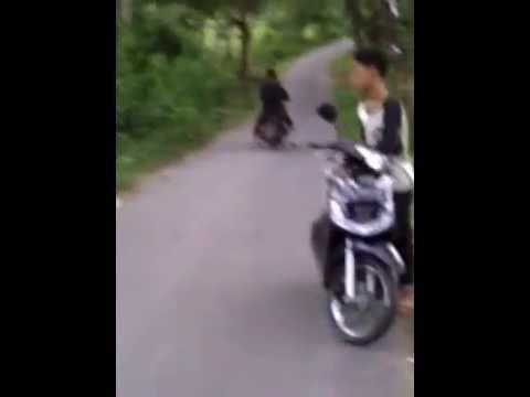 Cewek MAnis Jago Standing Motor MATIC