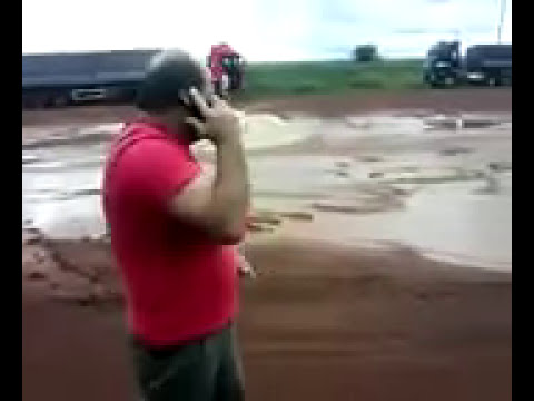 Dois Caminhoneiros descarregam na porta da empresa