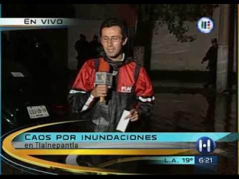 Reportero cae en charco