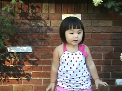 -kia Con Buom Vang - Be Mai Nhu 2 Tuoi video