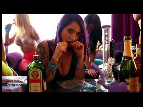 фото девушка курит голоя