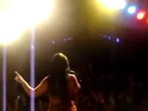 Mulher Melancia Deixa Cheirar o Sua Melancia no Show