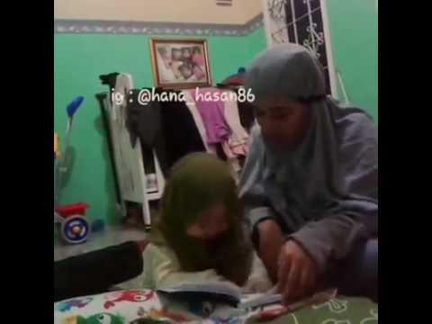 Anak kecil pandai ,mengikuti ibu nya membaca surat