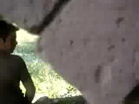 Martin orinando abajo del puente