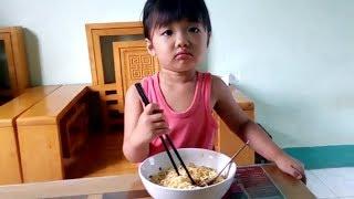 Trò chơi bé ăn mì tôm ❤ SARA TV ❤ Đồ Chơi Trẻ Em