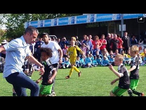 Freestyle Robin van Persie, Tonny Vilhena, Darren Fletcher, Touzani  vs Feyenoord U9