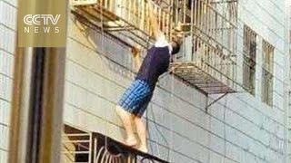 """""""سبايدرمان"""" في الصين ينقذ طفلاً من السقوط"""