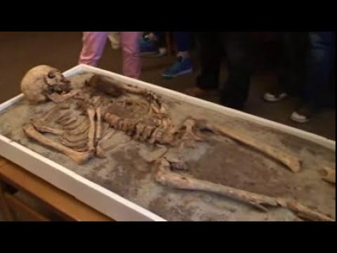 Hallan el esqueleto de un vampiro en Bulgaria.wmv