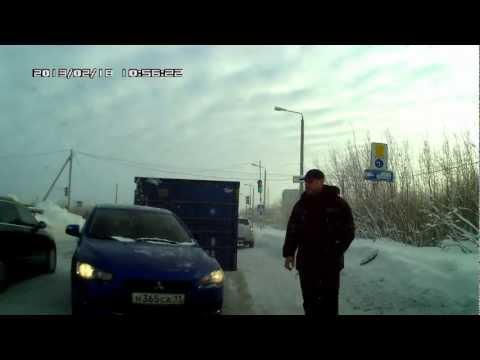 Падение контейнера на дороге