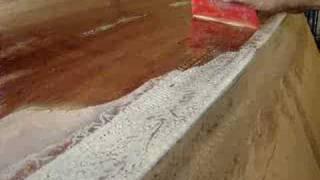 Aplicando resina epoxi al casco