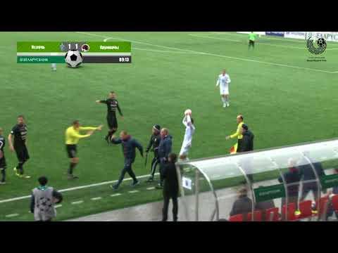 Виталий Жуковский успокаивает своих футболистов во время матча «Ислочь» – «Крумкачы»