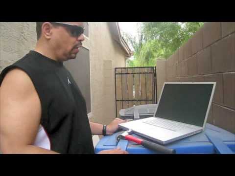 Thumb Ice T destruye una MacBook