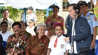 Kunjungan Presiden Jokowi Ke Jayapura, Provinsi Papua (Seorang Anak Diberi Sepeda)