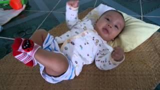 Bé trai 3 tháng tuổi nói chuyện như chim chìa vôi