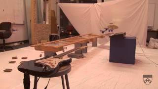Robots Nano Quadrotores tocan la canción de James Bond con instrumentos musicales