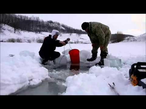 Установка сетей зимой на пруду