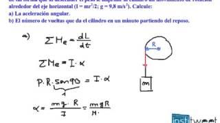 Como determinar la aceleración angular de un cilindro con peso