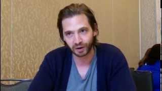 Comic-Con 2015: Aaron Stanford Talks 12 Monkeys Season 2