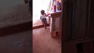 video mais engraçado menina cantando