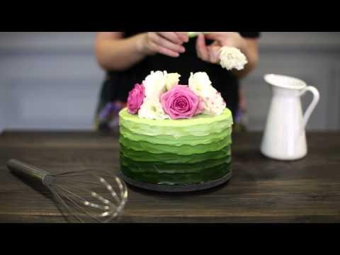 Как украсить торты живыми цветами