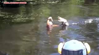 Homem enfrenta crocodilos
