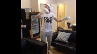 Niall Horan Dancing To a Song (05.11.2013) :)